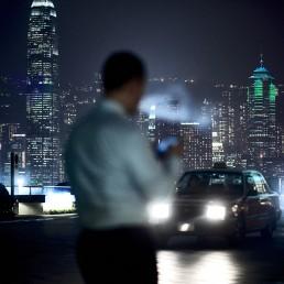Businessman au telephone à HongKong de nuir