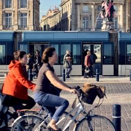 Vélo et tram à Bordeaux