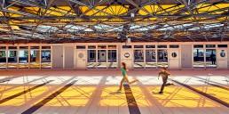 enfants qui courent dans un hall de gare