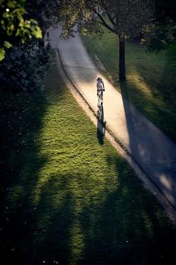vélo dans un rayon de lumiere