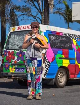 Jo et le chien Missy - artiste pastel - sur la route indéfiniement - Brisbane